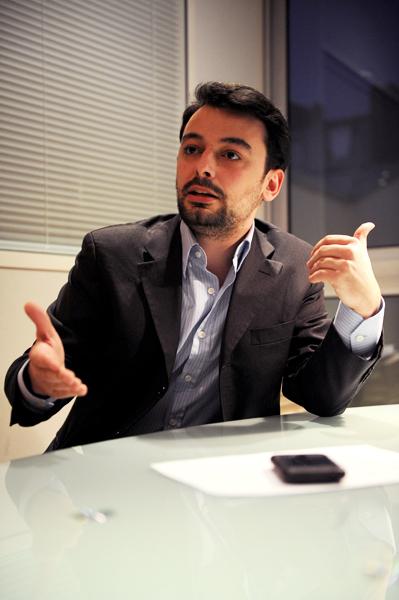 """Diplômé de l'IPJ en 2007, Sylvain Lapoix a travaillé à la rédaction du site de l'hebdomadaire Marianne de décembre 2006 à décembre 2009, où il couvrait la politique et les médias. Légalement, il est désormais chômeur, travailleur occasionnel. Il est à l'origine du Djin, un collectif informel """"pour renouveler, développer et défendre le journalisme web"""". Photo Pierre Meunié"""