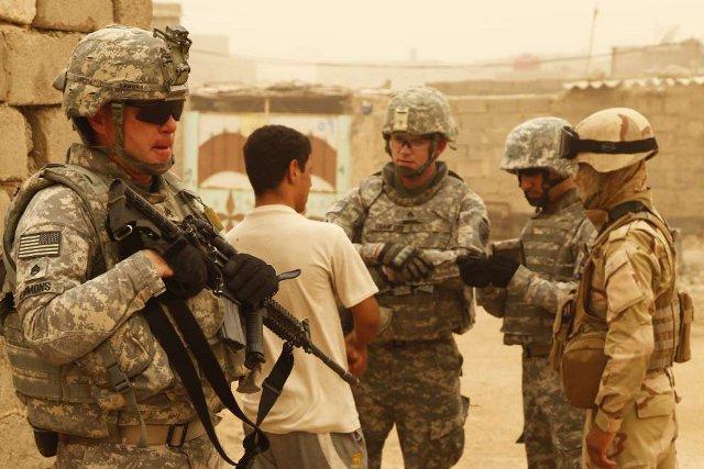 """Troupes américaines chargées à Bassorah de """"décourager les habitants de harceler les troupes américaines et irakiennes"""" pendant l'opération Iraqi Freedom."""