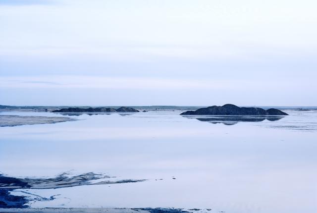 aux usées. De l'eau est rejetée aprèsque le bitume ait été enlevé des gisements pétroliers. Cette eau contient tant de mercure et autres substances toxiques qu'elle ne peut être reversée dans la rivière de l'Athabasca dont elle provient.  ©Thomas Ball/Picture Tank
