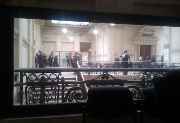 La salle des pas perdus du TGI de paris, vue depuis la fameuse pièce équipée d'un miroir sans tain. CC @manhack / OWNI.fr